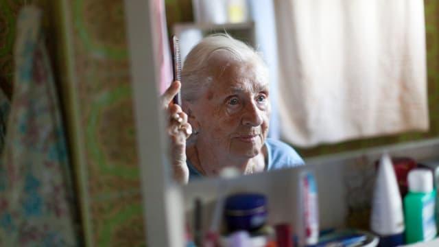 Symbolbild: Alte Frau vor einem Spiegel.