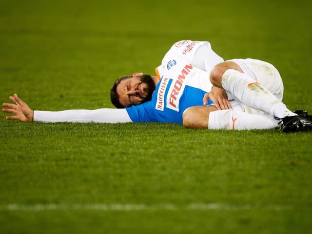 Marco Djuricin liegt mit schmerzverzerrtem Gesicht am Boden.