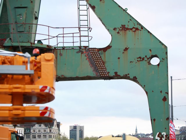Das Fundament des grün-rostigen Hafenkrans am Zürcher Limmatquai.