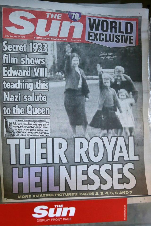Titelseite der Zeitung «Sun». Darauf ist eine Schwarz-Weiss-Aufnahme zu sehen, wie die Königsfamilie den Hitlergruss macht.