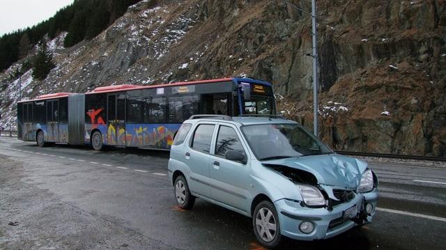 L'auto cun donns davon ed il bus cun paucs donns.