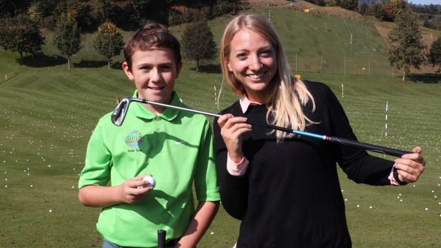 Andri und Anna auf dem Golfplatz