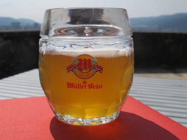 Zum Anstossen steht auf dem Tisch Bier von Müller Bräu bereit.