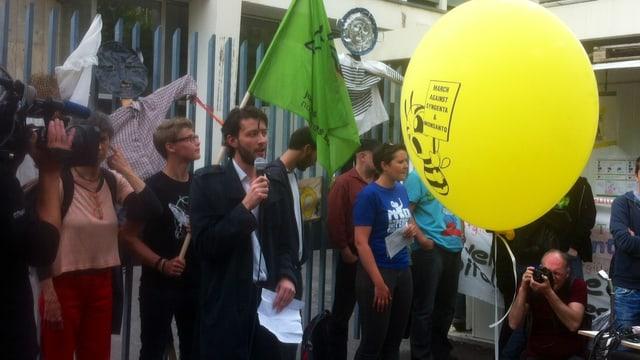 Protestierende mit einem grossen gelben Ballon vor Syngenta