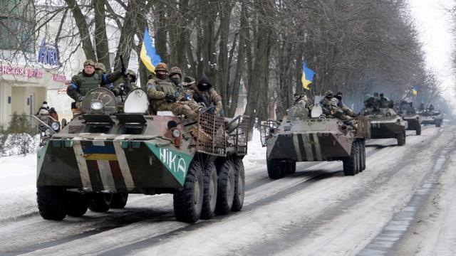 Eine Panzerkolonne ukrainischer Soldaten.