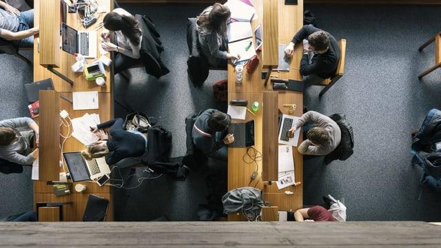 Symbolbild: Studenten am Arbeitstischen von oben fotografiert.