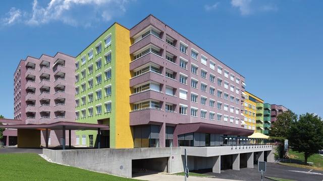 Aussenansicht des Staffelnhofs mit der violetten, grünen und gelben Fassade.