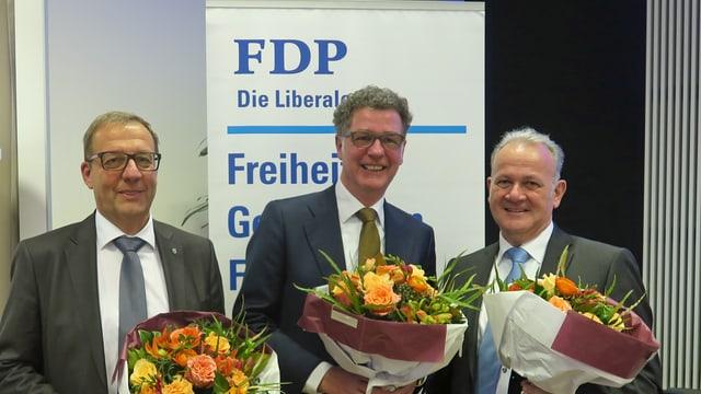 Drei Männer im mittleren Alter, alle mit einem Blumenstrauss.