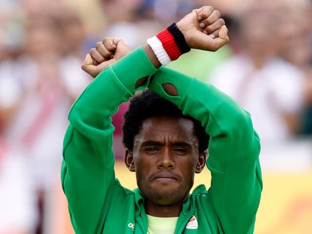 Feyisa Lilesa mit überkreuzten Armen.