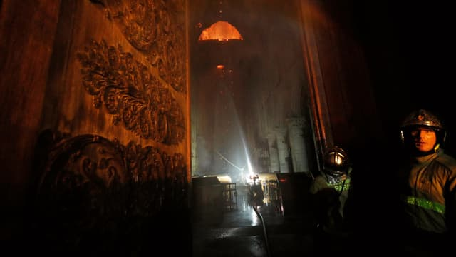 Feuerwehrleute im Innern der Kathedrale