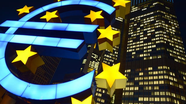 Beleuchtetes Euro-Symbol.