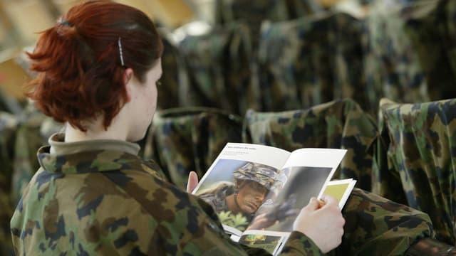 Eine Rekrutin liest eine Armee-Broschüre.