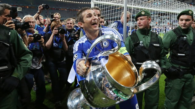 Frank Lampard posiert im Chelsea-Dress mit dem Champions-League-Pokal.