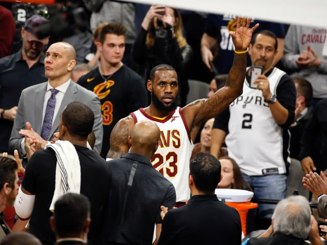 LeBron James winkt ins Publikum.