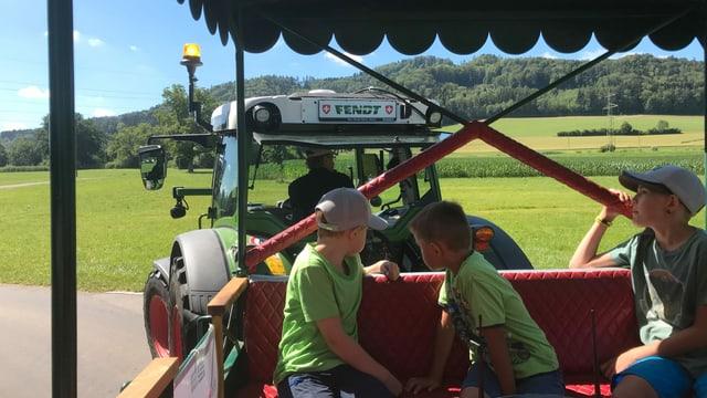 Kinder auf einem Traktor-Anhänger