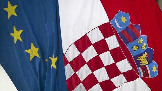 Die Flaggen der EU und Kroatien wehen im Wind. (keystone)