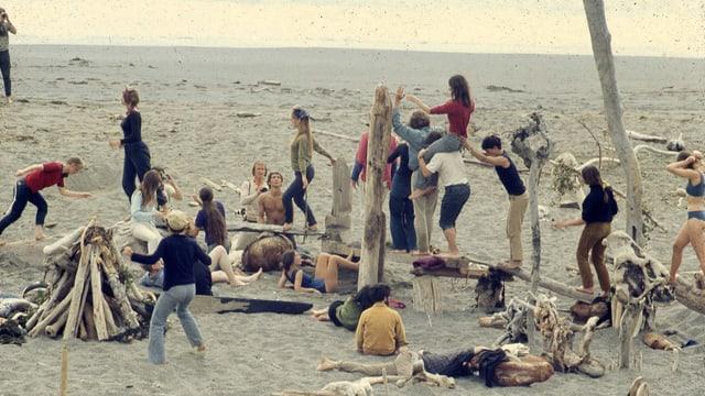 Hippies beim Spielen am Strand.