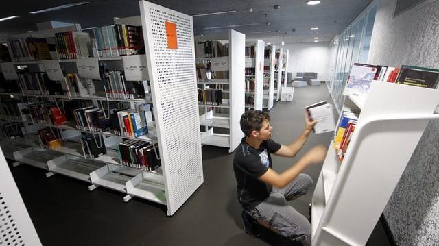 Ein Student in der Bibliothek der Uni Luzern.