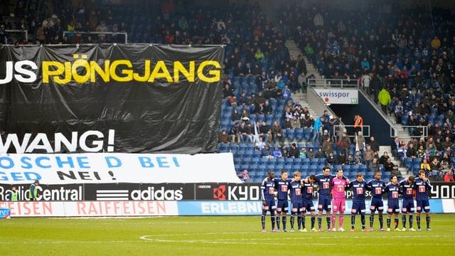 FCL-Fans protestieren mit einem Plakat gegen die neuen Eingangskontrollen.
