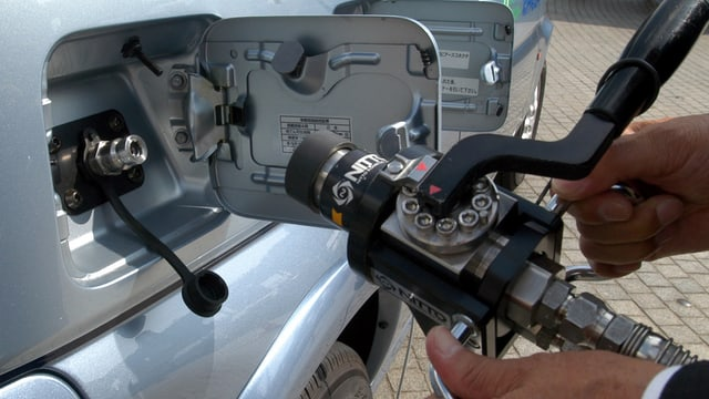 Ein Zapfhahn an einer Wasserstofftankstelle.