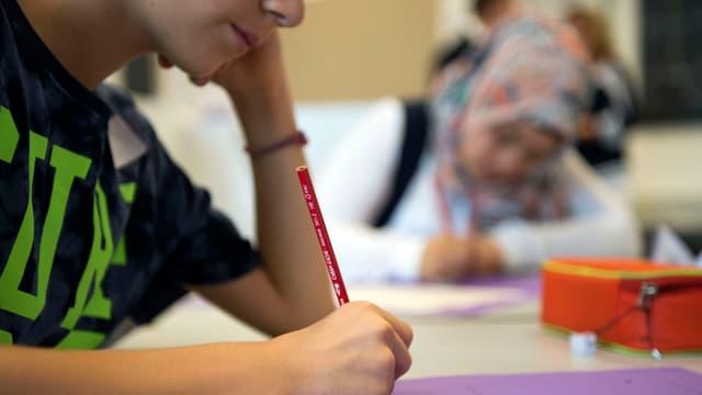Kinder am Lernen in einem Klassenzimmer.