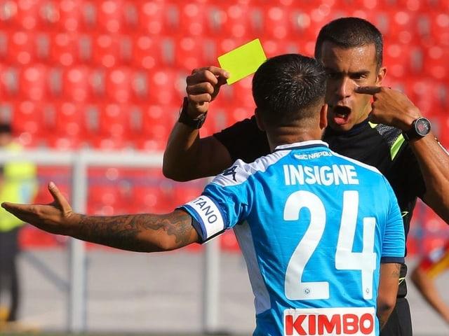 Der Schiedsrichter macht Napolis Insigne lauthals klar, dass Gelb für den Team-Kollegen korrekt war.