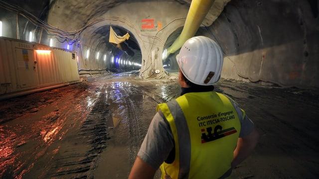 Ein Mineur im Innern des Ceneri-Tunnels.