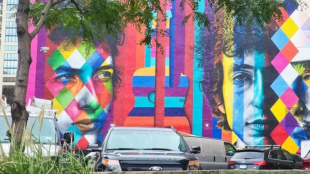Buntes Wandbild mit Gesichtern von Bob Dylan.