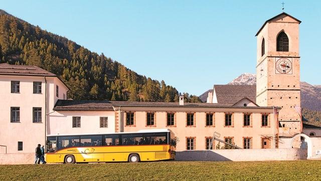 Postauto beim Kloster Müstair