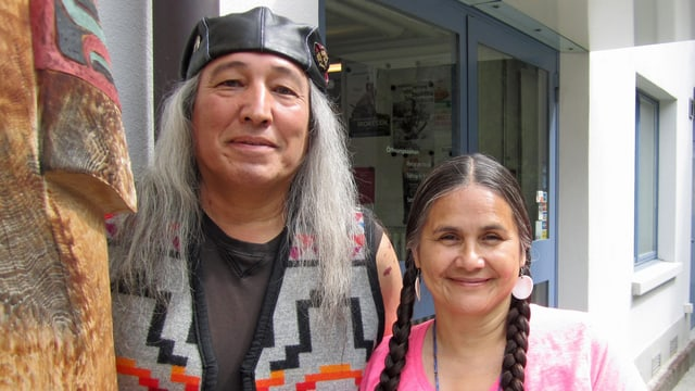 Jim und Shelly Boyd vom Stamm der Arrow Lakes vor dem NONAM in Zürich