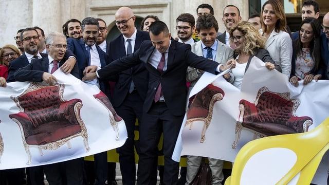 Di Maio zerreist ein Banner mit darauf abgebildeten «Poltrone».
