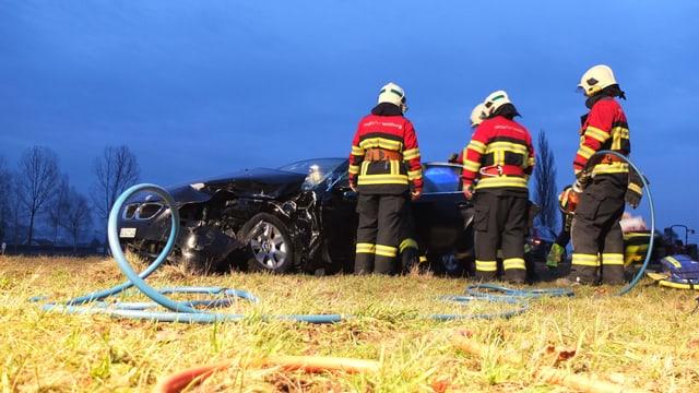 Das Auto des Unfallverursachers wurde durch die Wucht des Aufpralls in eine Wiese geschleudert.
