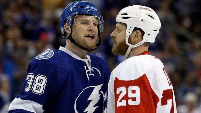 Tanner Richard (links) geht bei seinem NHL-Debüt gleich einmal auf Tuchfühlung mit Steve Ott (14 NHL-Saisons).