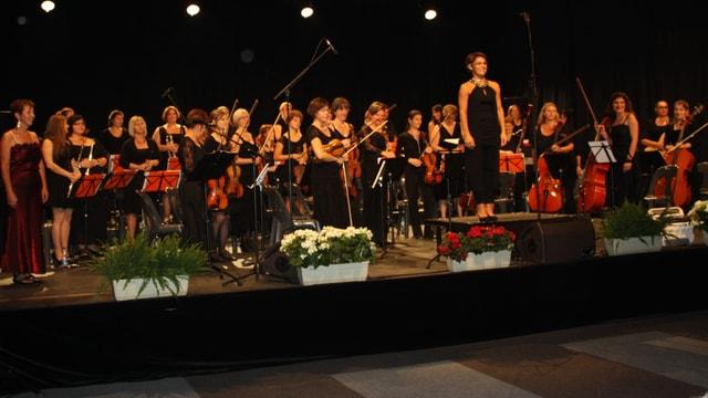 Valérie Seiler steht vor dem Orchester und schaut zum Publikum.