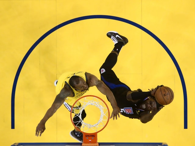 Montrezl Harrell von den Clippers setzt sich gegen Andre Iguodala durch.