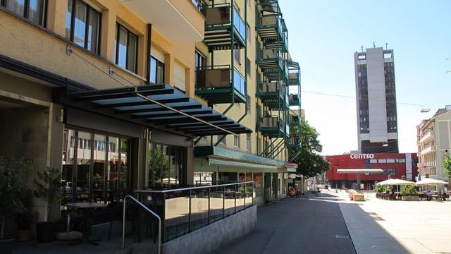 Ein beiges Gebäude mit Balkonen.