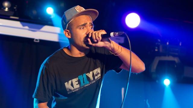 Gino Clavuot mit Mikrofon auf der Bühne