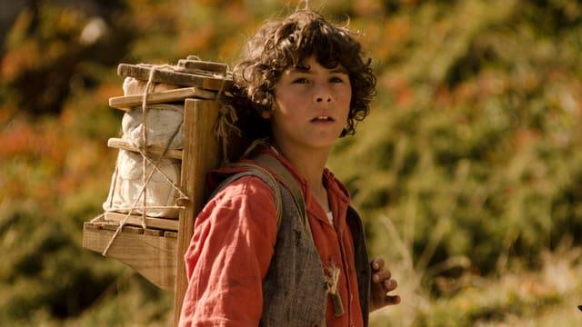 Ein Junge in den Bergen.
