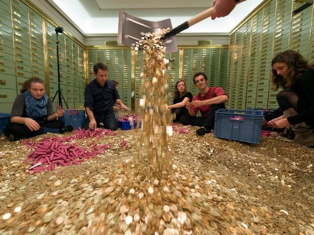 In einem Tresor in Basel packen fünf Personen Fünfröpplerstücke aus.