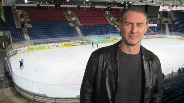 Felix Hollenstein in schwarzem Pullover und schwarzer Lederjacke im Eishockeystadion in Kloten.