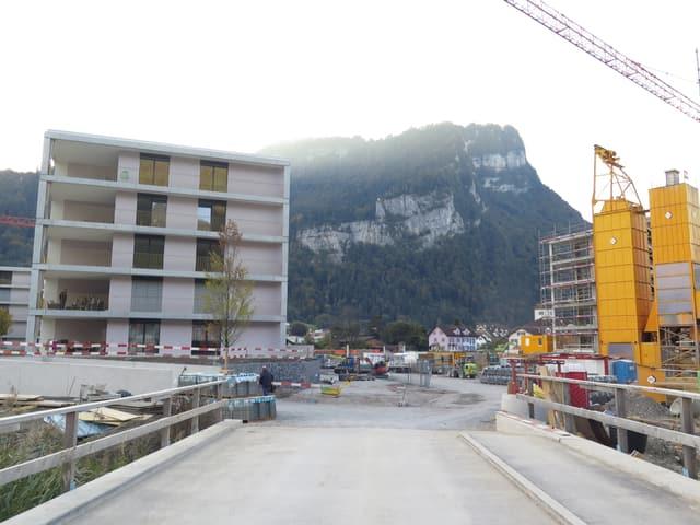 links ein fertig gebauter Block, rechts noch welche im Bau