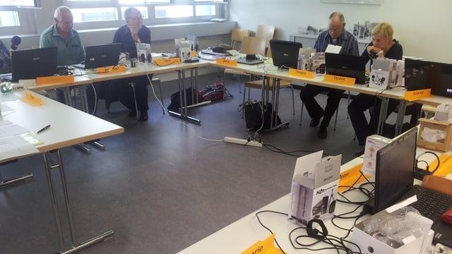 Teilnehmerinnen und Teilnehmer des Radio-Grundkurses erlernen die Arbeit am Schnittprogramm.