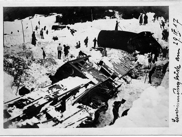 Drusatscha-Lawine der RHB, umgekippter Zug