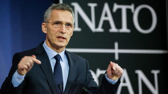 Stoltenberg vor Nato-Schriftzug.