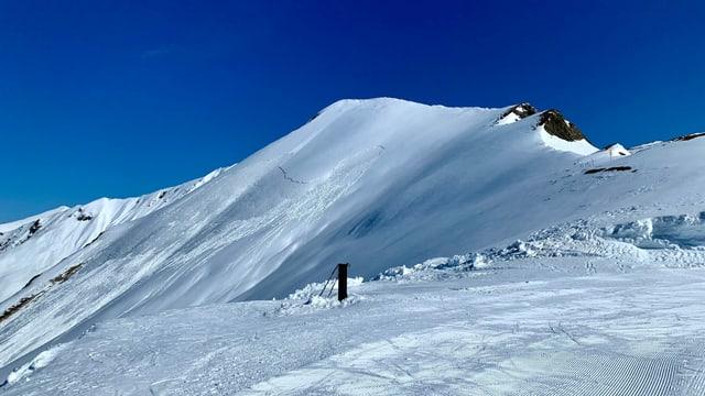 Blick auf einen verschneiten Bergrat.