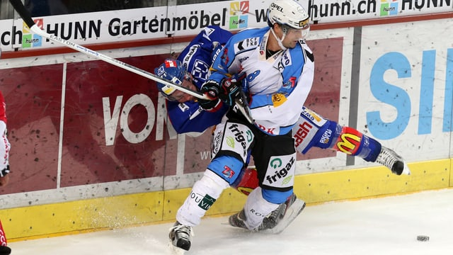 Fribourgs Kwiatkowski checkt Bärtschi in die Bande.