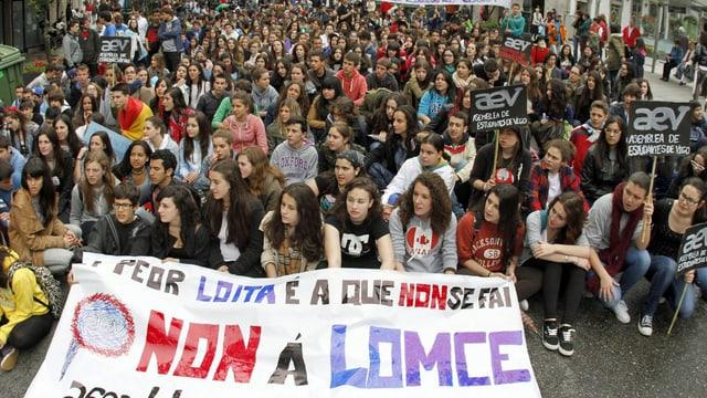 In der Stadt Vigo protestieren Lehrer, Schüler und Eltern gegen die geplante Bildungsreform.
