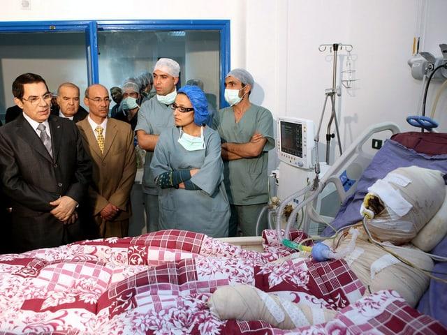 Der Tunesische Präsident Zine el-Abdnie Ben Ali besucht den Gemüsehändler  Mohamed Bouazizi im Spital nachdem dieser sich anzündete