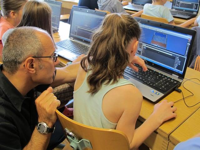 Lehrer und Schülerin am Computer