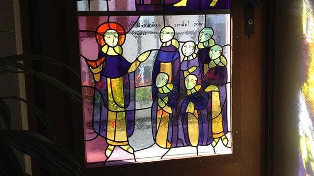 Ina da las fanestras da la claustra che mussa S. Dominicus cun ses confrars.